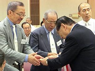 松尾会長からのバッジの贈呈の様子